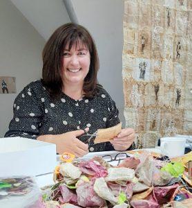 Künstlerin Claudia Ackermann im Atelier